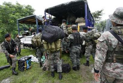 Members of the Philippine Army pack up their equipment as the government ordered them to pursue attacks against the MILF in this Yahoo.com photo grab.