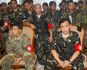 Gambala, Trillanes and co. facing the media during the 2003 Oakwood Hotel mutiny.