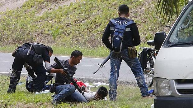 Malaysian security forces apprehend followers of Sultan Jamalul Kiram III in Lahad Datu, Sabah.