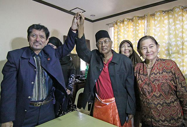 The brains behind the Zamboanga stand-off, Nur Misuari (L) raises the hand of the brains behind the Sabah invasion, Jamalul Kiram III.